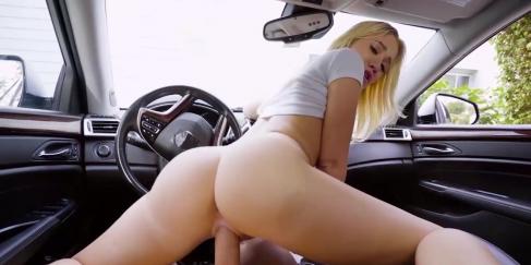 Güzel götlü sarışın araba seksi seviyor