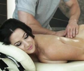 Masöz kadının amına masaj yapınca sikişmek istedi