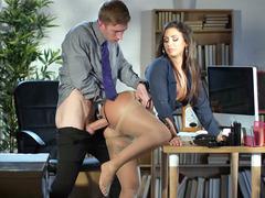 Azgın sekreter ofis masasında patronuna sikiş keyfi yaşattı
