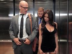 Asansörde güzel kadını beceren şanslı erkekler