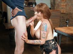 Dövmeli seksi Ashleigh Devere porno izle