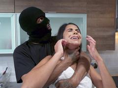 Eve giren hırsız genç kadını zorla sikti