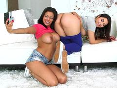 Genç esmer lezbiyenler Lena ve Jase sevişiyor
