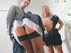 Rus hizmetçiyi oğluyla seks yaparken yakaladı