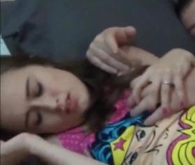 Küçük memeli minyon genç kızı yatırıp sikti