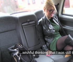 Psikolog kadını taksisinde beceriyor