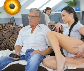 Seksi kız erkek arkadaşının babasına verir