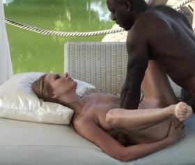 Zenci patronuyla havuz başında hard seks izle
