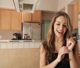 Uzun aletin üzerinde mutfakta dans etti