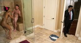 Banyoda sikiş, babası bir anda banyoya giriyor