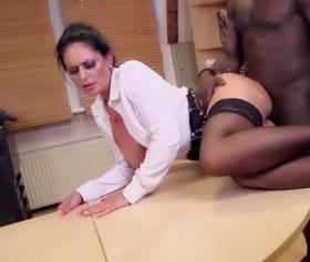 Cam silen zenci adamla sekreter pornosu