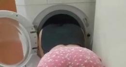 Çamaşır makinesine kafasını sokup, arkadan sikiyor