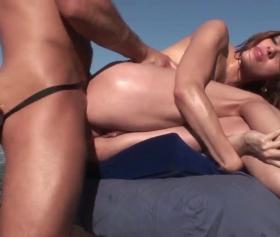 Çıldırtıcı bir seks için adama masaj yaptırıyor