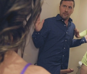 Kapıyı çalan kıza ahlaksız teklif yapıyorlar