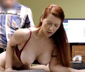 Kocasını ofiste patronuyla aldatan büyük göğüslü sekreter