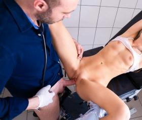 Kürtaj doktoru sarışın kız ile ofiste sikişiyor