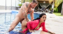 Lezbiyen kızı havuz kenarında zorla sikiş pornosu