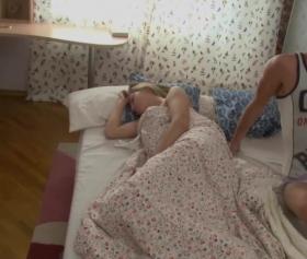 liseli kızı uykusundan uyandırıp sikmek çok keyifli