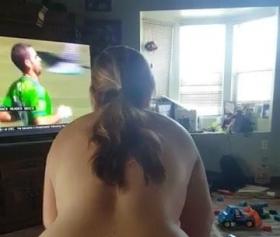 Maç izlerken karısını sikti