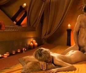 Mum ışığı altında, erotik bir sikiş gerçekleşir