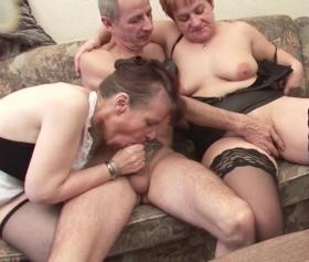 Olgun adam hizmetçisi kadın ile birlikte grup seks yaşıyor