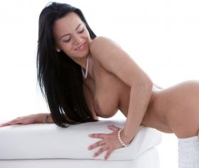 Önünde eğilen seksi kızın pantolonu aşağı indiriyor
