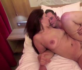 Patronun karısı otel odasında sert sikiş istiyor