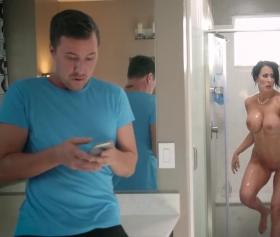 Reagan Foxx, banyoda oğluna yakalanıyor