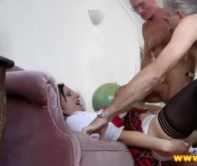 Yaşlı adamlar genç liseli kızı sert siktiler