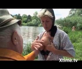 Yaşlı çiftler dere kenarında fantezi peşinde