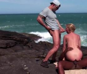 Zenci adam ile deniz kıyısında grup seks yapan evli çift