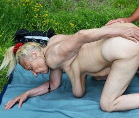 85 yaş porno, ölüm döşeğinde bile sikişir bu teyze