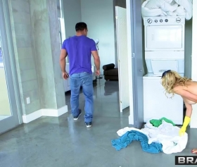 Alexis Fawx, kimse yok sandığı evde çıplak yakalanıyor
