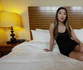 Asyalı esmer, otel odasında amına girecek yarak için hazırlık yapıyor