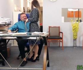 Bambi Brooks, ofiste seksi eteğiyle cinselliği yaşatıyor