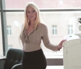 Çalışanların gözüne girmeye çalışan,  Kyra Hot, çok seksi