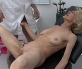 Doktor, yaşlı hatunu vajinasından muayene ediyor