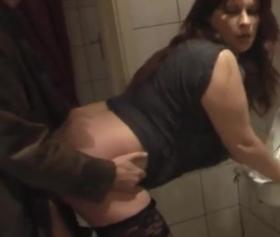 Erkekler tuvaletine dalan hatun, yarak diye ölüyor