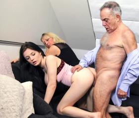 Evli yaşlı çiftler, hizmetçileriyle grup seks yapıyorlar