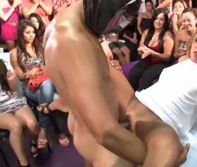Gece kulübünde, striptiz yapan adama veren kızlar