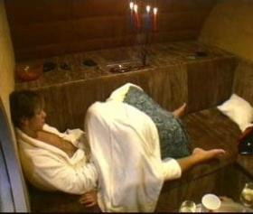 Hamam görevlisini, saunaya çekip zorla sikiyor