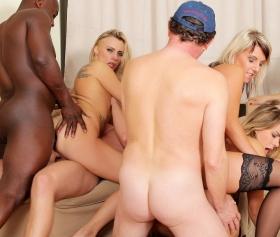 Hardcore porn, tatlı ev hanımları salonda birleştiler