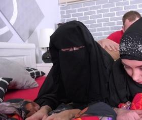 Karımı ve baldızımı aynı anda siktiğim için gurur duydum, hijab sex