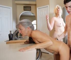 Komşusunu ve üvey annesini aynı anda mutfakta inletiyor