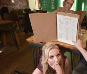 Konulu porno, masanın altında sarışına sakso çektiriyor