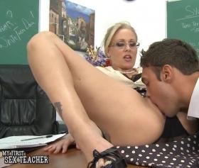 Seks öğretmeni Julia Ann, öğrencisini sınavlara hazırlıyor