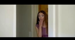 Şüphelendiği annesi için salona gizli kamera yerleştiriyor