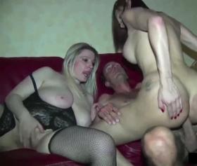 Travesti 3lü grup sikişi, sırası gelen yarağa oturuyor