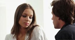 Yeni boşanan kızı teselli eden üvey abi