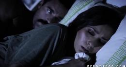 Abisinin kızını yatakta zorla siken gözü dönmüş amcası